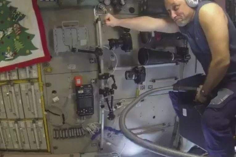 Русский космонавт летал напылесосе поМКС