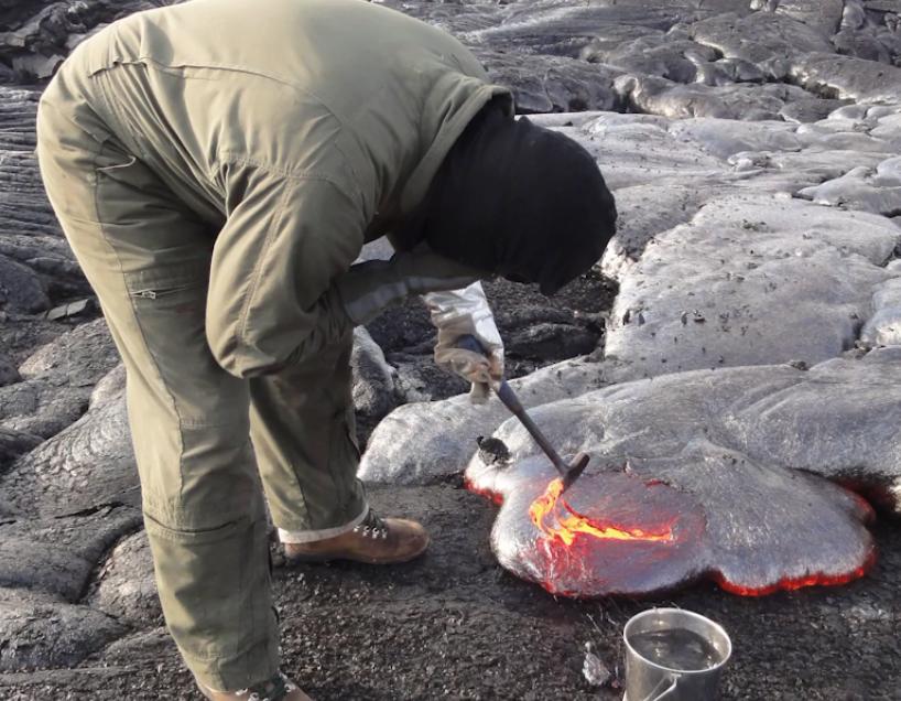 Невероятные фотографии ученых, собирающих лаву в действующих вулканах