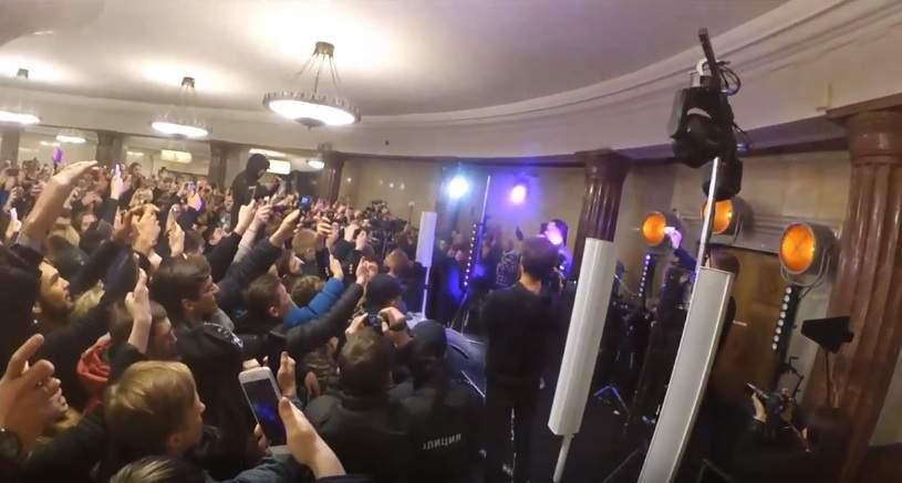 Рэпер T-killah провел концерт настанции метро «Курская» в столице России
