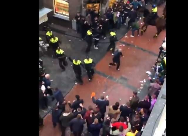 Милиция  Амстердама задержала сто английских болельщиков запогромы на дорогах  города
