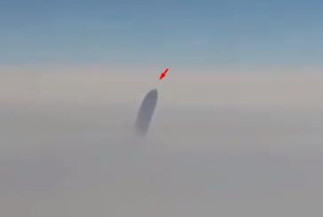 В США черный НЛО преследовал пассажирский авиалайнер