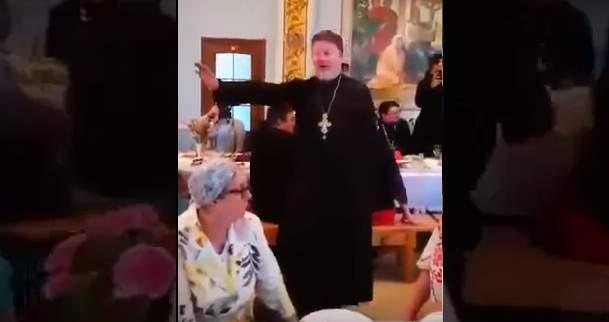 Будни страны 404: В РФ священник спел «Мурку» вресторане