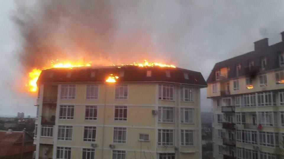 ВСочи эвакуируют жильцов загоревшегося пятиэтажного дома