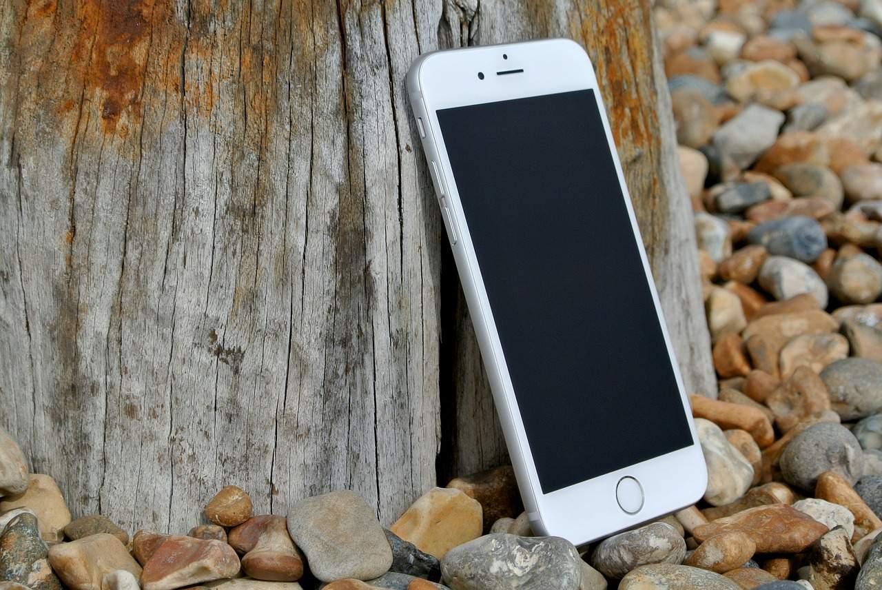 Обновленная версия iOS блокирует iPhone снеоригинальными экранами