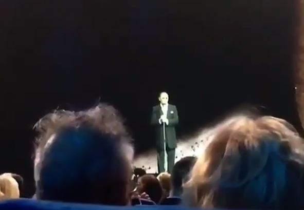 Видео, как Лепс пошутил навыступлении после «сломанных ребер»