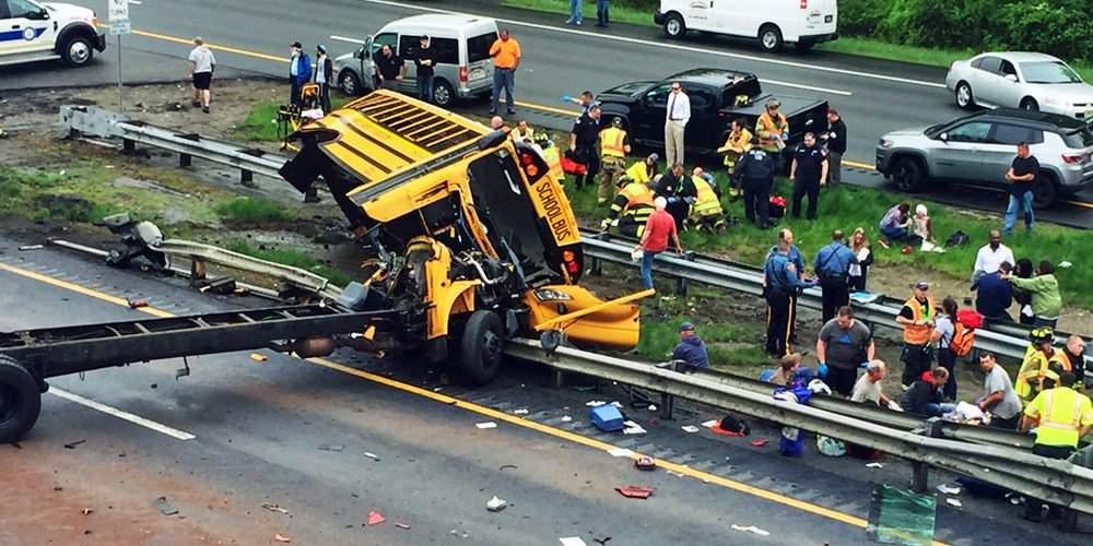 ДТП вСША: перевернулся ученический автобус сдетьми, большое количество пострадавших