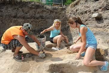 Археологи раскопали изразец и крест XVI века в центре Москвы