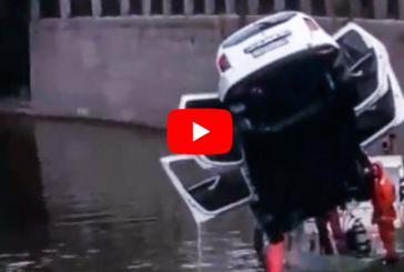 В Петербурге из-за открытого люка авто отправилось в реку