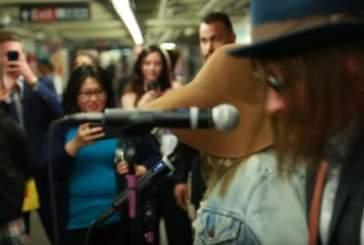 Кристина Агилера исполнила свои хиты в метро в Нью-Йорке