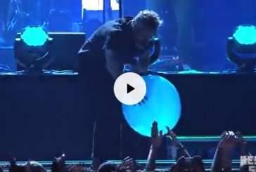 Видео: певец из США испугался лопнувшего воздушного шарика