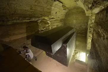 Во вскрытом в Египте черном саркофаге ученые обнаружили три мумии