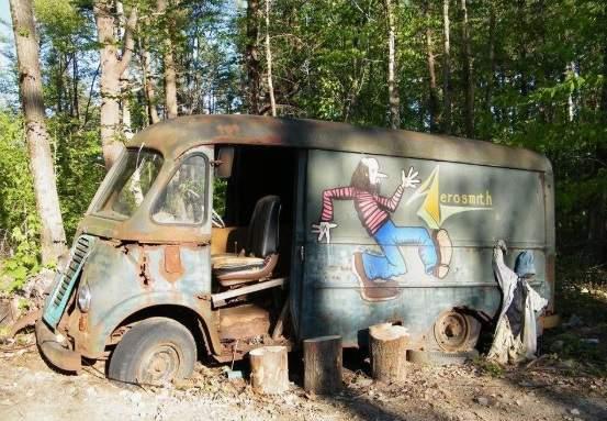 Спустя 40 лет в лесу найден туровый автобус Aerosmith