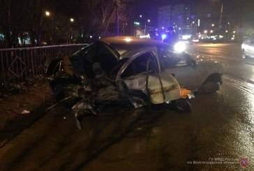 В Волгограде 27-летний автомобилист вдребезги разбил машину о бордюр