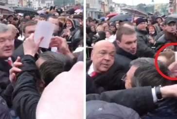 Губернатор Закарпатья вырвал фото, которое активист пытался передать Порошенко