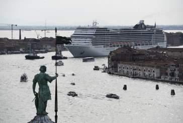 Видео: в Венеции круизный лайнер чуть не потерпел крушение во время шторма