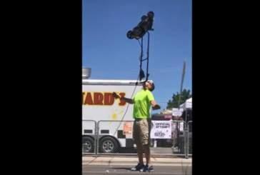 Видео: мужчина в течение почти четырех минут удерживал работающую газонокосилку на подбородке
