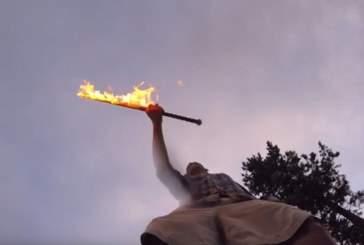 Поставлен новый рекорд Гиннесса по броскам охваченного пламенем меча