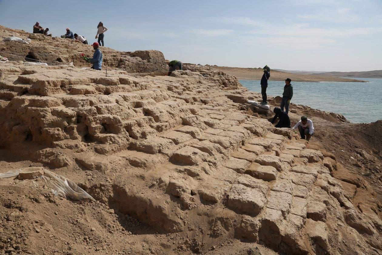 Археологи нашли дворец на дне водохранилища в Ираке