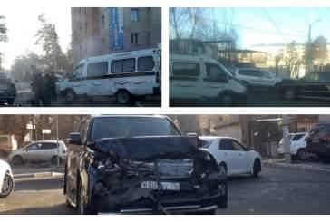 В центре Читы внедорожник Lexus протаранил катафалк