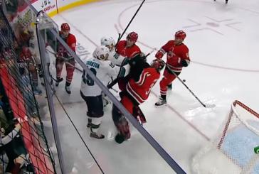 Видео: Хоккеист нокаутировал вратаря ударом по голове