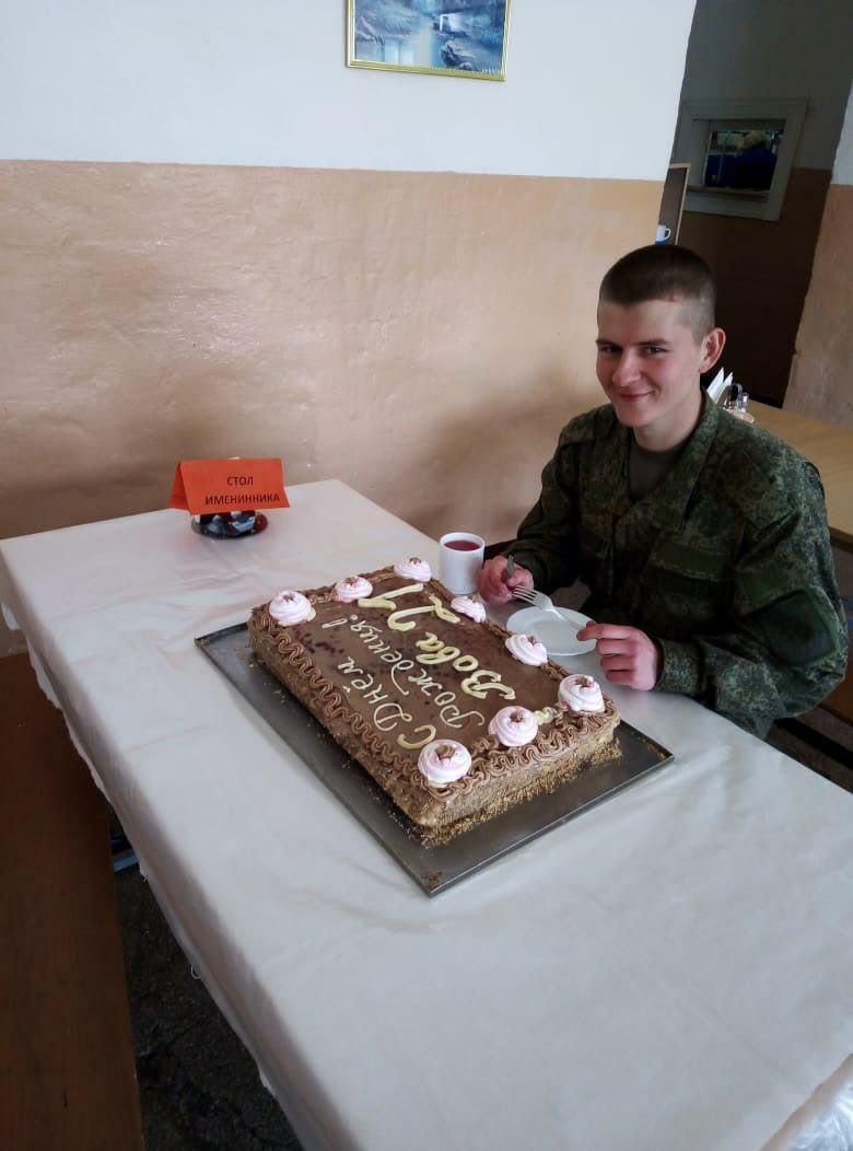 Майских солдат-именинников поздравили румяными пирогами и домашней пиццей