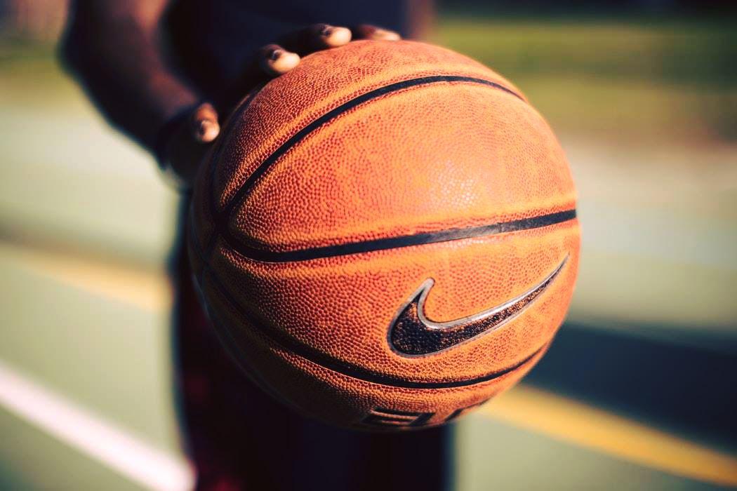 Выбираем качественный баскетбольный мяч