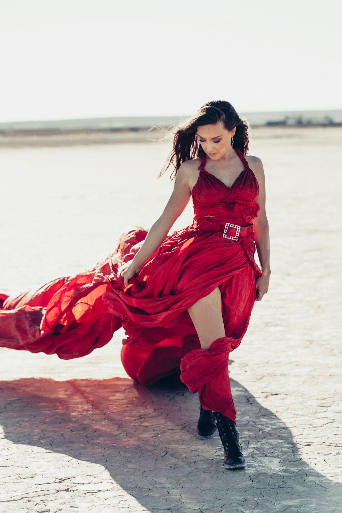 Творческий путь Дины Лайзис, ее новый клип и работа с композитором Риком Эллисоном.